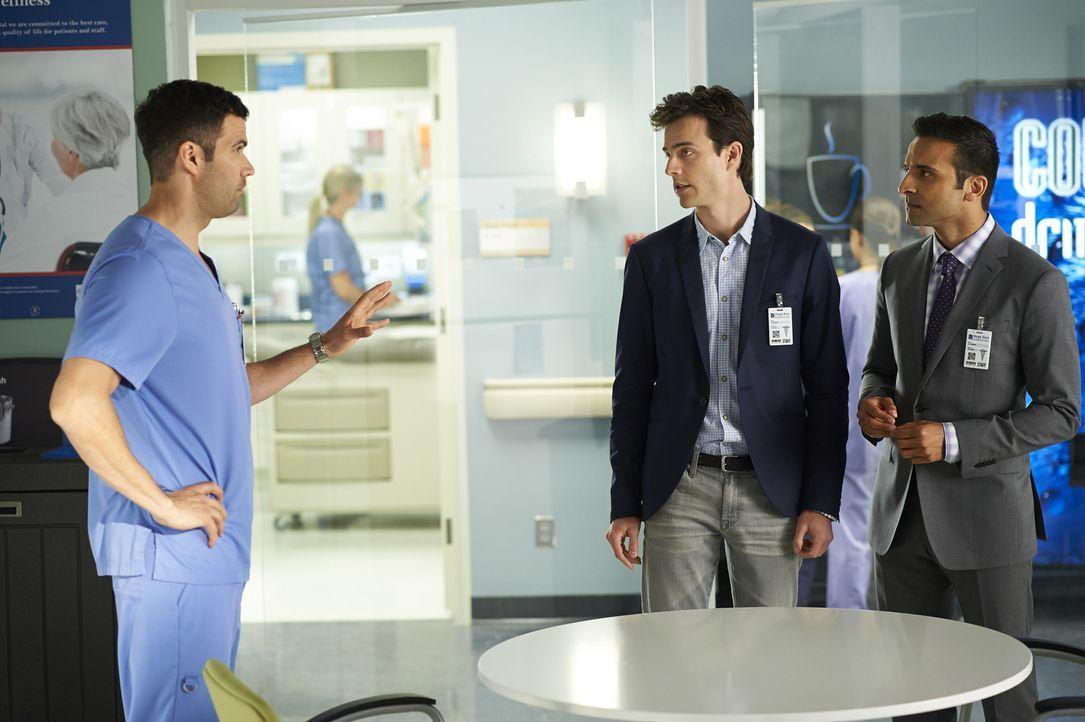 Zachary (Benjamin Ayres, l.) dient Gavin (Kristopher Turner, M.) und Shahir (Huse Madhavji, r.) als Versuchsobjekt ... - Bildquelle: 2013  Hope Zee Two Inc.