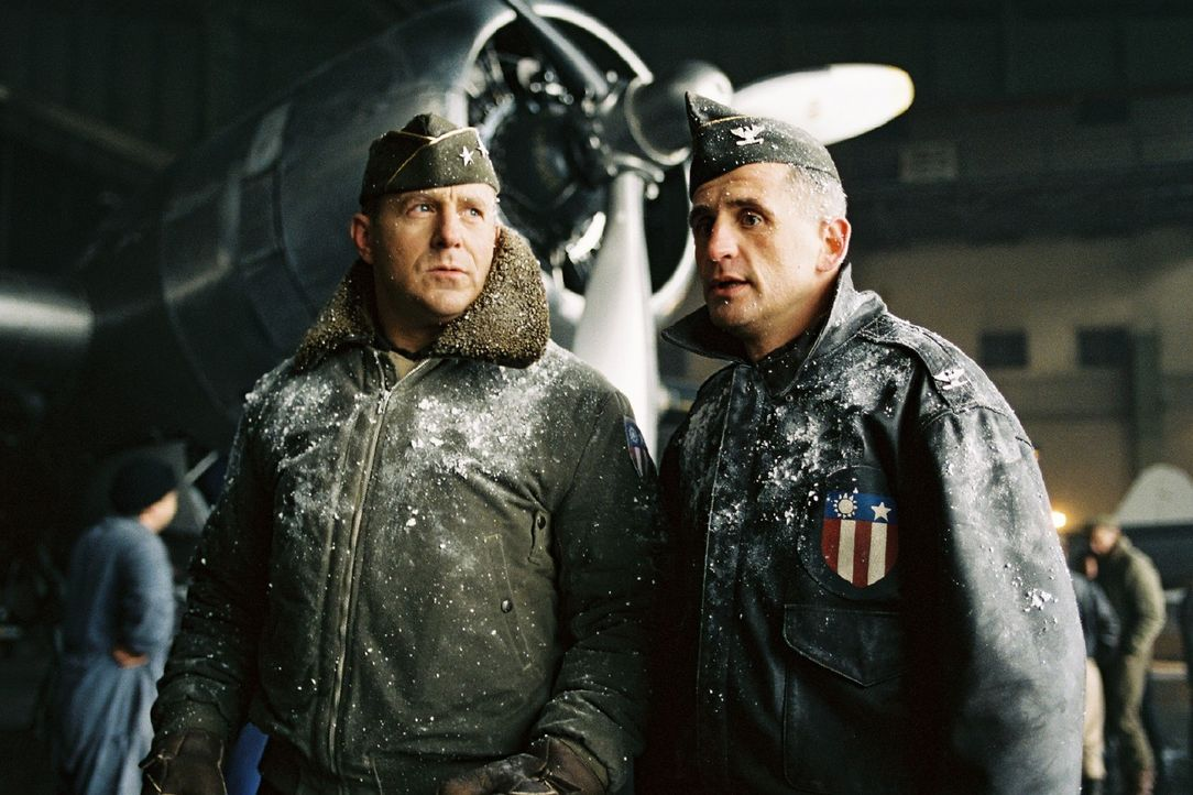 Turner (Heino Ferch, l.) und Floyd (Tim Wilde, r.) wissen, dass der Winter die Luftbrücke gefährdet. - Bildquelle: Stephan Rabold Sat.1