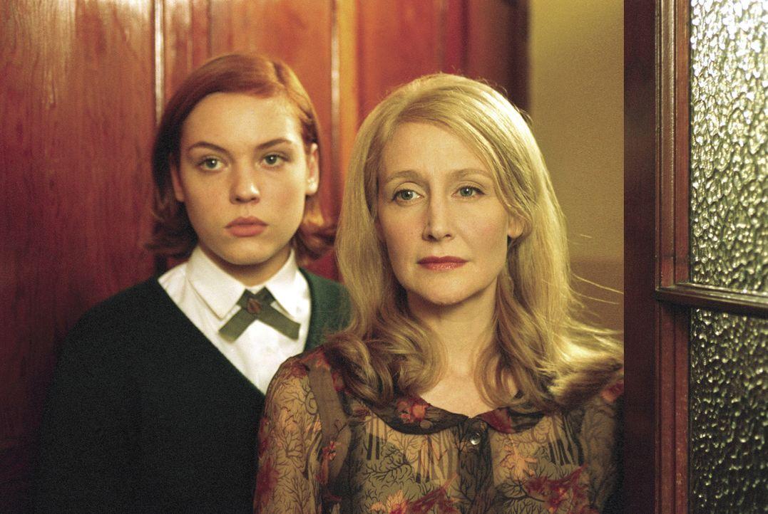 Ms. Traverse (Patricia Clarkson, r.) versucht Heather (Agnes Bruckner, l.) vergeblich zu beruhigen und davon zu überzeugen, dass auf dem Internat a... - Bildquelle: Metro-Goldwyn-Mayer Studios Inc. All Rights Reserved.