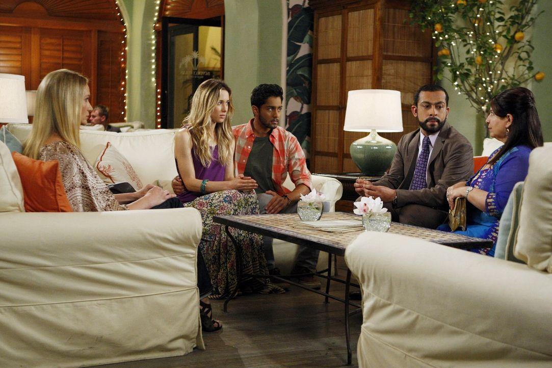 Ivy (Gillian Zinser, 2.v.l.) und Raj (Manish Dayal, M.) eröffnen ihren Eltern, dass sie heiraten werden ... - Bildquelle: TM &   2011 CBS Studios Inc. All Rights Reserved.