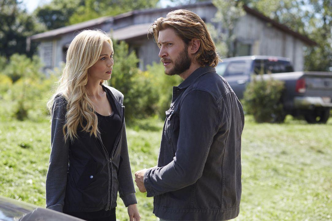 Um ihre Trauer zu verdecken, stürzt sich Elena (Laura Vandervoort, l.) in die Suche nach Malcolm. Clay (Greyston Holt, r.) ahnt, dass das nicht lang... - Bildquelle: 2015 She-Wolf Season 2 Productions Inc.