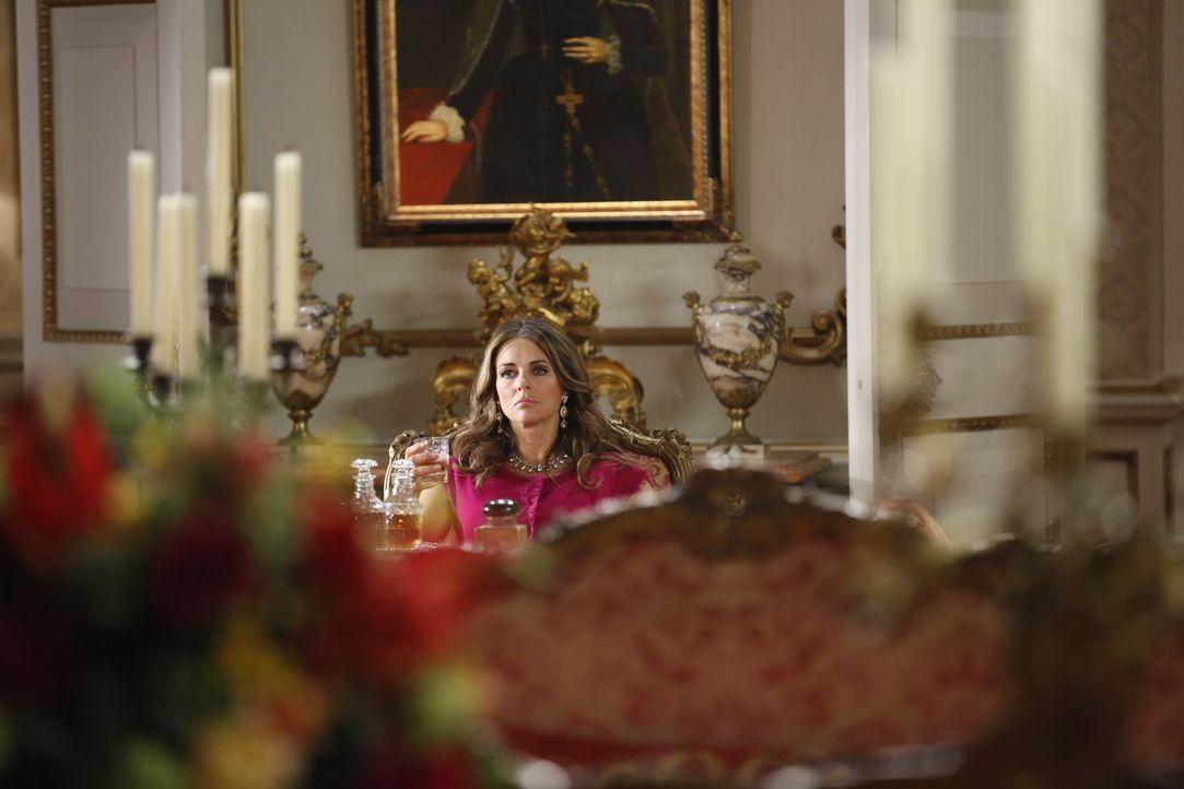 Der König lässt eine Bombe live im TV platzen, worüber Königin Helena (Elizabeth Hurley) alles andere als begeistert ist ... - Bildquelle: Tim Whitby 2014 E! Entertainment Media LLC/Lions Gate Television Inc. / Tim Whitby