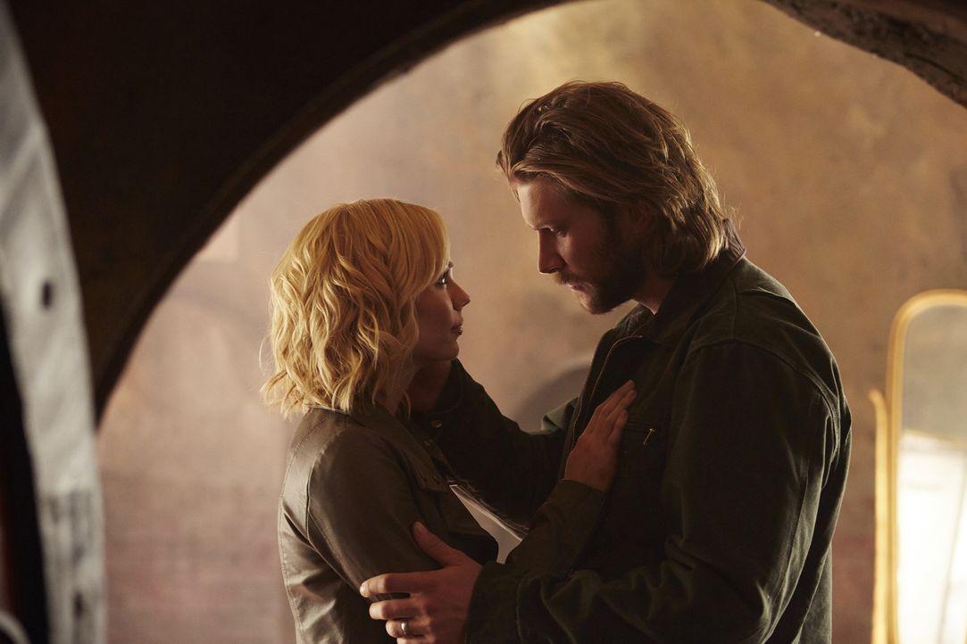 Müssen sich Elena (Laura Vandervoort, l.) und Clay (Greyston Holt, r.) tatsächlich für immer voneinander verabschieden? - Bildquelle: 2015 She-Wolf Season 2 Productions Inc.