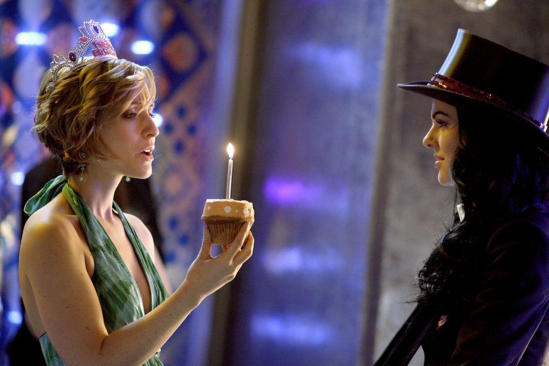 Wenn Chloe (Allison Mack, l.) wüsste, dass ihr Wunsch bei der Magierin Zatanna (Serinda Swan, r.) in Erfüllung geht, wäre sie vorsichtiger ... - Bildquelle: Warner Bros.