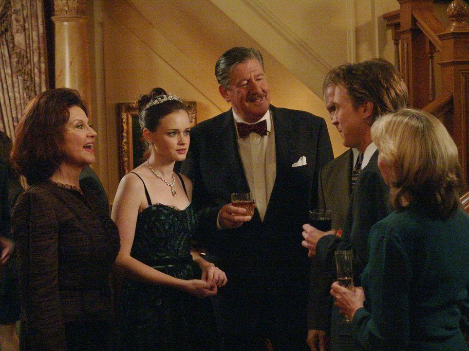 Die Großeltern Emily (Kelly Bishop, l.) und Richard (Edward Herrmann, 3.v.l.) sind der Meinung, dass Dean nicht der richtige für ihre Enkelin ist. D... - Bildquelle: 2004 Warner Bros.