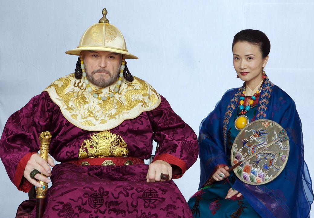 Der große Kublai Khan (Michael O'Hagan, l) vertraut der schönen Kurtisane (Luo Yan, r.) - Bildquelle: 2006 RHI Entertainment Distribution, LLC
