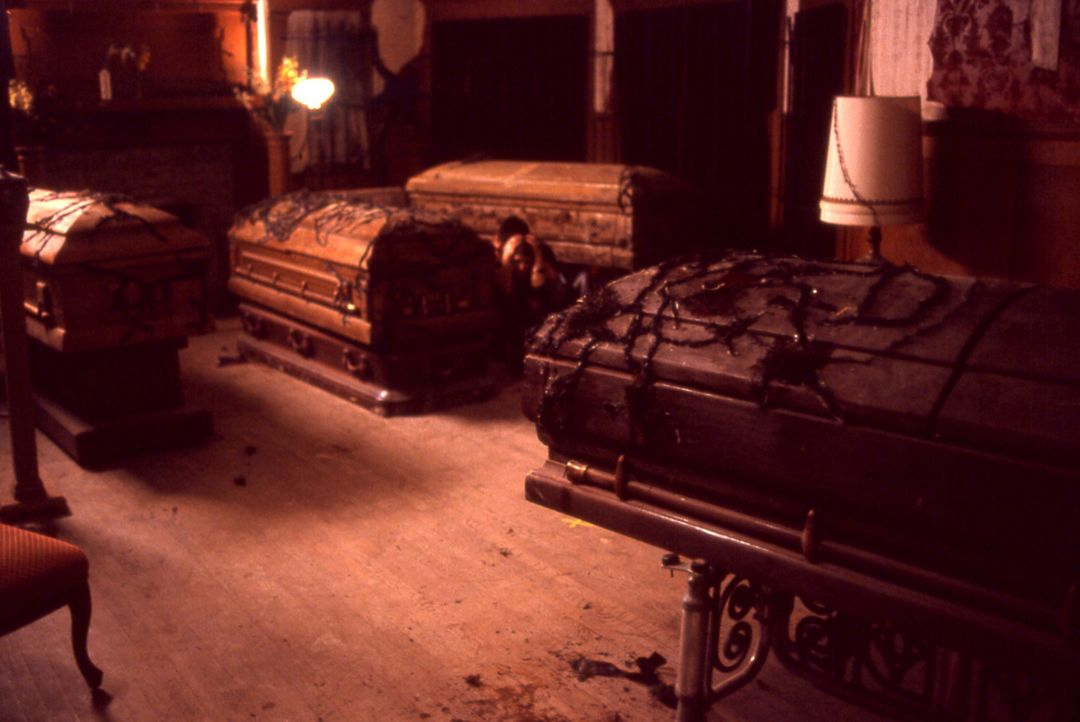 Unglücklicherweise erweisen sich die Gerüchte, es spuke im Beerdigungsinstitut, schon bald als wahr. Aus den Särgen erheben sich die Toten, um ih... - Bildquelle: Echo Bridge Entertainment LLC