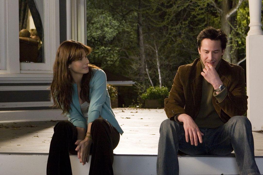 Kate Forster (Sandra Bullock, l.) und Alex Wyler (Keanu Reeves, r.) sind auf mysteriöse Weise zwei Jahre voneinander getrennt; sie lebt im Jahr 2006... - Bildquelle: Warner Brothers International Television Distribution Inc.