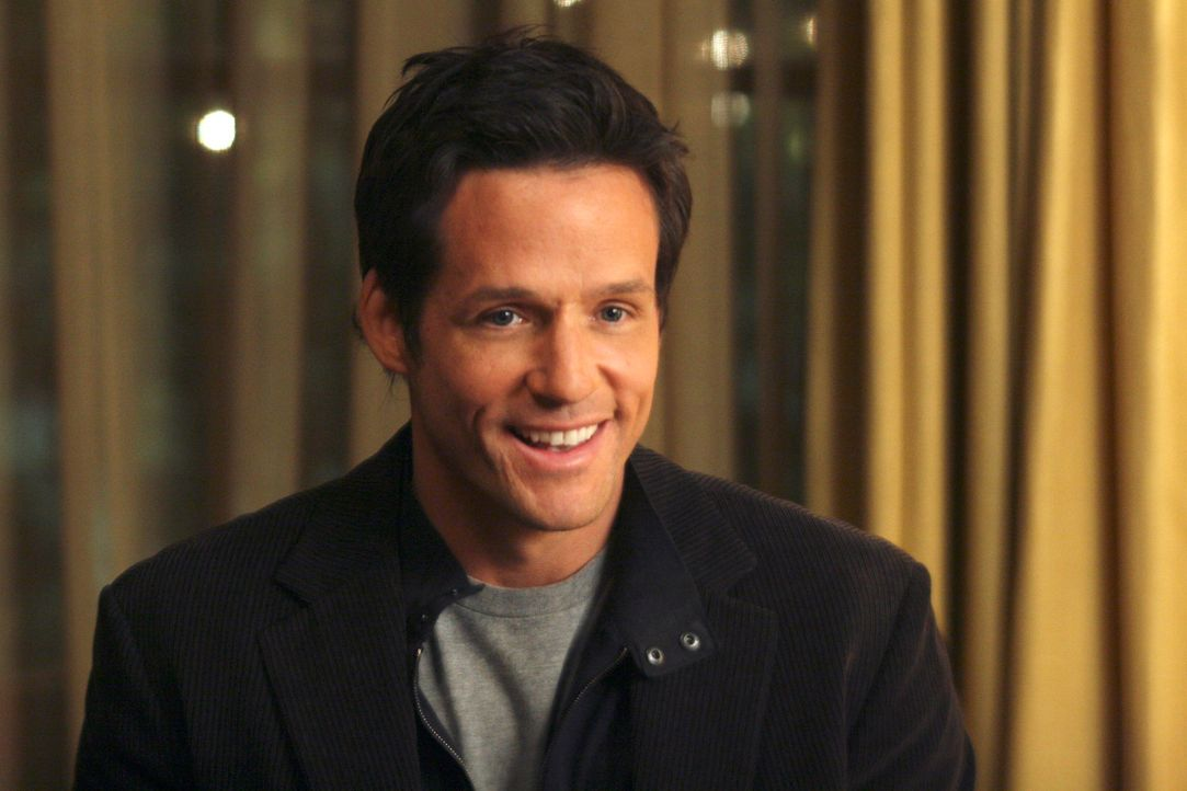 Warren (Josh Hopkins) taucht beim Chanukkah-Fest der Walkers auf ... - Bildquelle: Disney - ABC International Television
