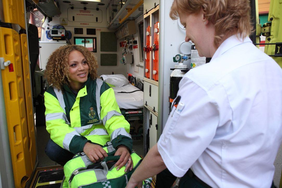 Die Schauspielerin Angela Griffin (l.) begleitet zehn Wochen lang verschiedene Notarztteams bei ihren Einsätzen. Julie (r.) gibt ihr eine kurze Ein... - Bildquelle: Warner Bros.