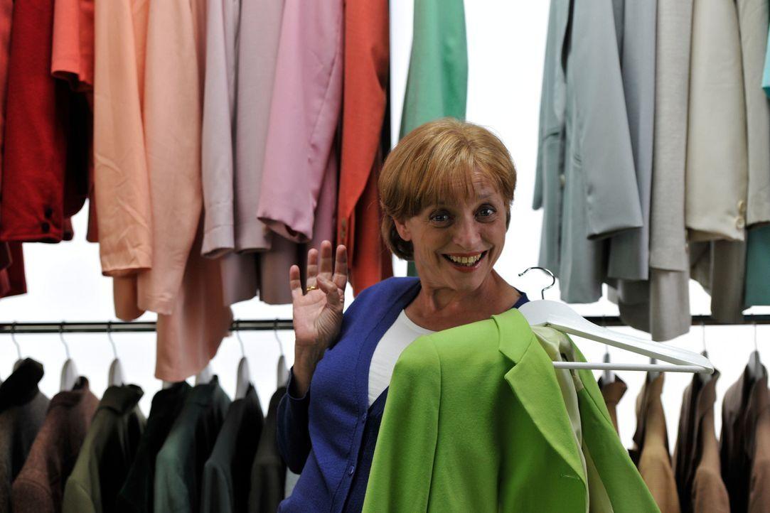 Für jeden Anlass die passende Farbe: Kanzlerin Angela Murkel (Katharina Thalbach) gewährt private Einblicke in ihren Kleiderschrank. - Bildquelle: Hardy Brackmann SAT.1