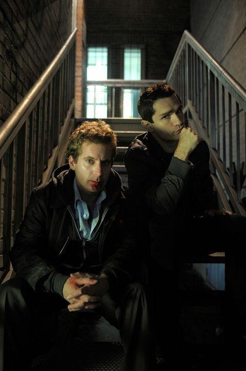 Aidan (Sam Witwer, r.) versucht alles, um Tommy (Daniel Brochu, l.) zu helfen. Doch wird es ihm gelingen? - Bildquelle: Phillipe Bosse 2012 B.H. 2 Productions (Muse) Inc. ALL RIGHTS RESERVED.