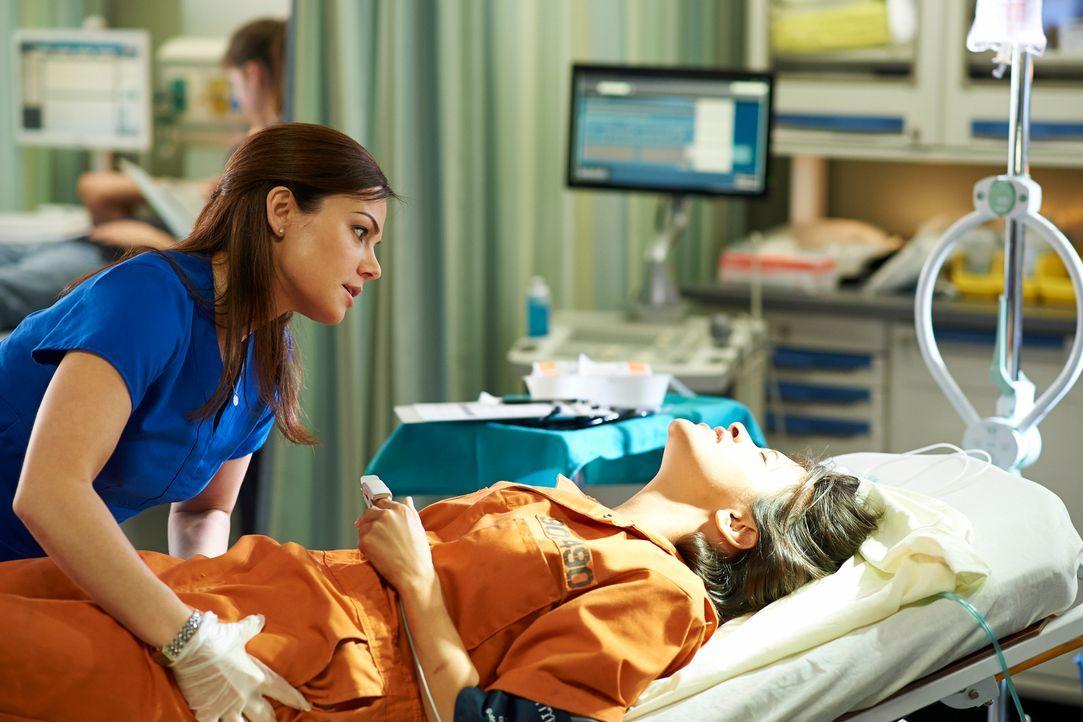 Alex (Erica Durance, l.) wird zu der Verbündeten von Lily (Dayle McLeod, r.) und das, obwohl diese eine aggressive Gefängnisinsassin ist ... - Bildquelle: 2012  Hope Zee One Inc.