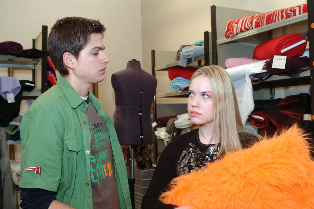 Kim (Lara-Isabelle Rentinck, r.) ist von Timos (Matthias Dietrich, l.) Bemerkungen über sie verletzt und enttäuscht. Zukünftig will sie ihm aus d... - Bildquelle: Sat.1
