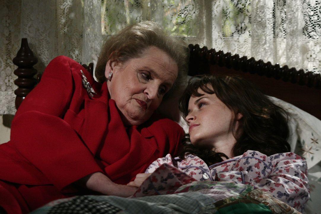 Kurz vor ihrem 21. Geburtstag fühlt Rory (Alexis Bledel, r.) sich hundeelend, hatte sie mit ihrer Mutter doch ganz spezielle Pläne für diesen Tag. U... - Bildquelle: Copyright Warner Brother International Television