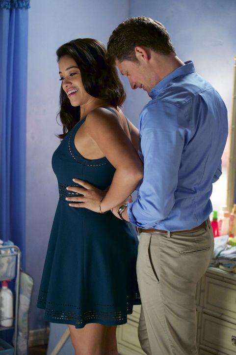 Rogelio wird von seiner Ex-Frau bestochen, die eine Fernsehrolle haben will, während Jane (Gina Rodriguez, r.) und Michael (Brett Dier, r.) sich näh... - Bildquelle: Tyler Golden 2015 The CW Network, LLC. All rights reserved.