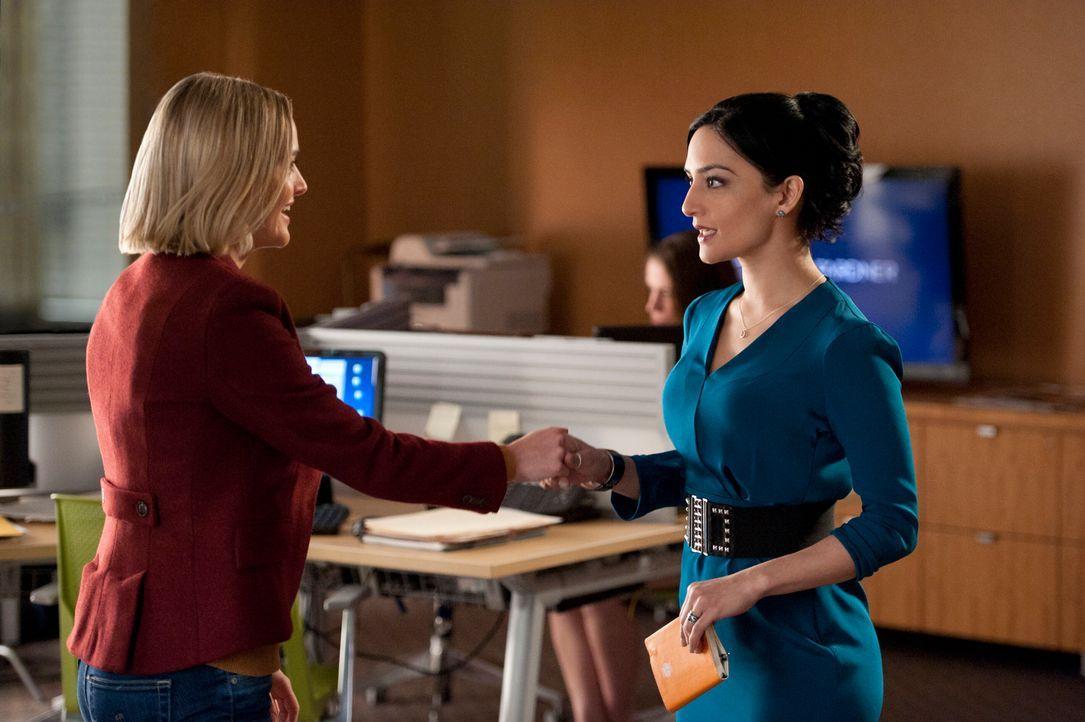 Kalinda (Archie Panjabi, r.) willigt ein, die neue Ermittlerin Robyn (Jess Weixler, l.) einzuarbeiten ... - Bildquelle: David M. Russell 2013 CBS Broadcasting, Inc. All Rights Reserved