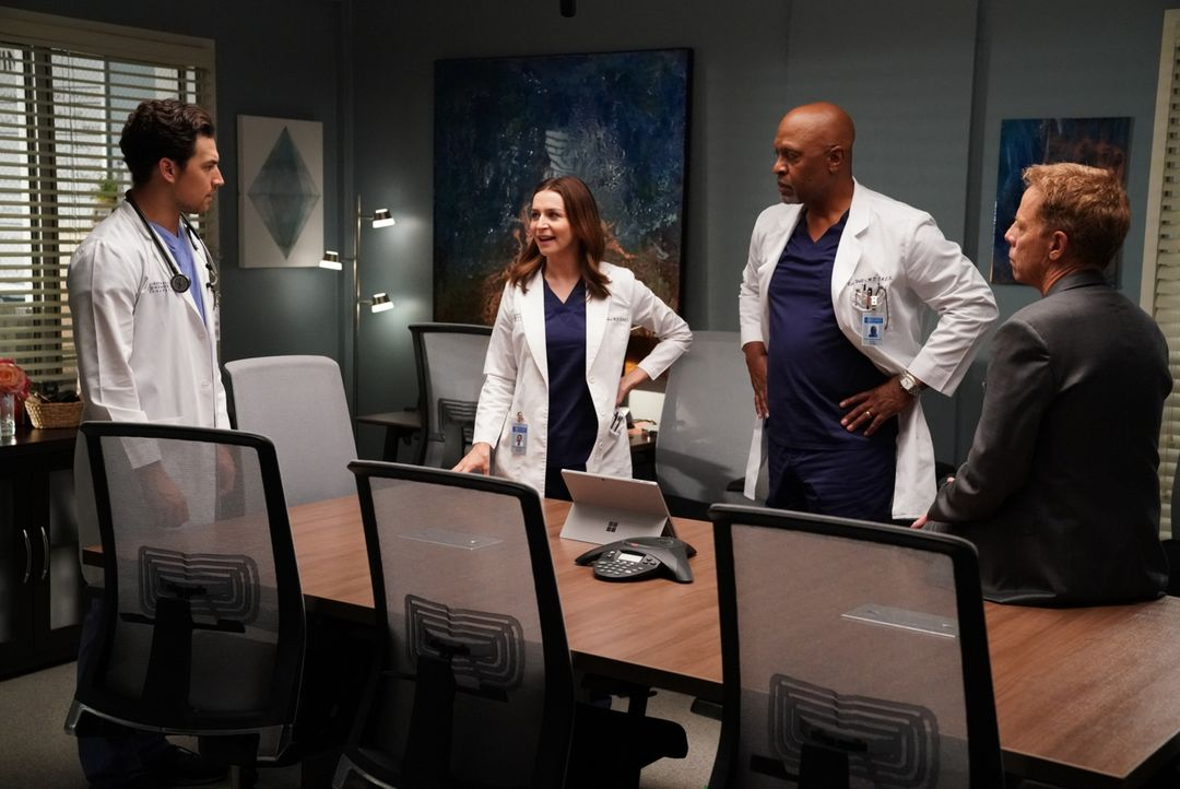 Dr. Koracick (Greg Germann, r.), Amelia (Caterina Scorsone, 2.v.l.), DeLuca (Giacomo Gianniotti, l.) und Webber (James Pickens Jr., 2.v.r.) diskutie... - Bildquelle: Mitch Haaseth 2017 American Broadcasting Companies, Inc. All rights reserved./Mitch Haaseth