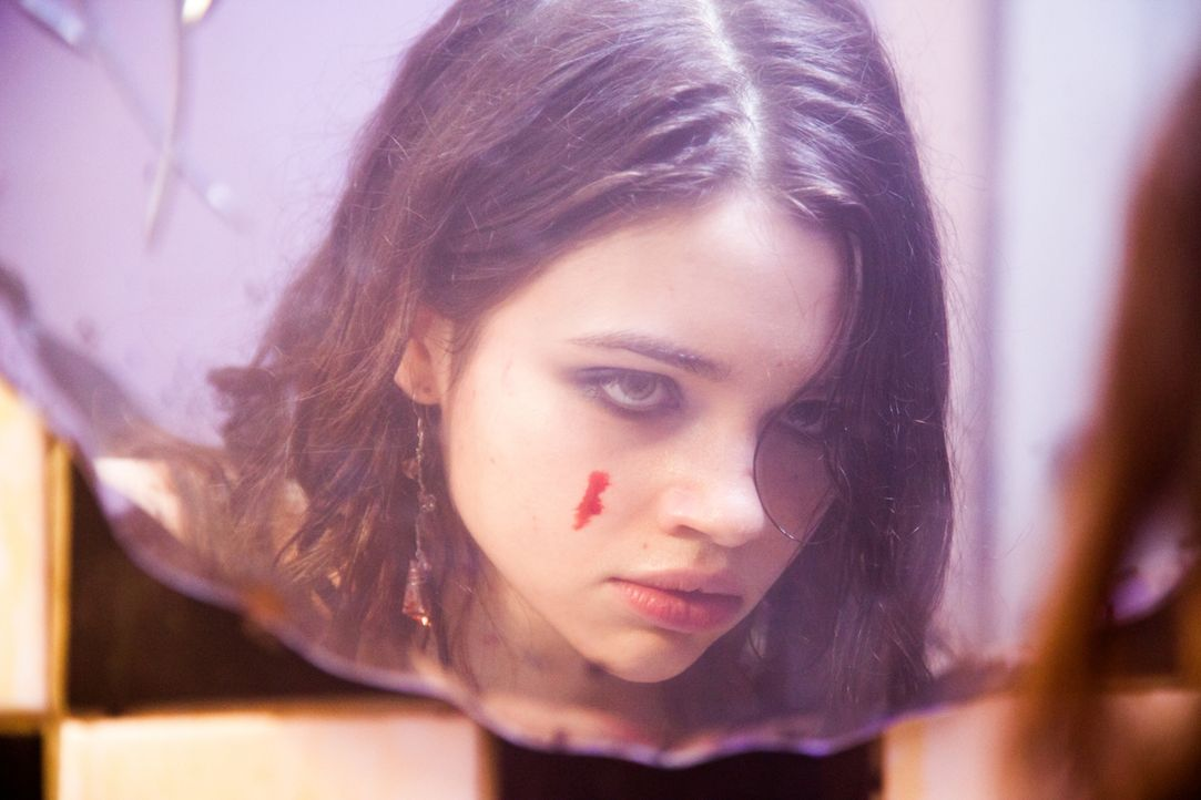Sieht so unschuldig aus, ist aber in Wirklichkeit eine gnadenlose Tötungsmaschine: Sawa (India Eisley) ... - Bildquelle: Licensed by Tiberius Film GmbH & Co KG