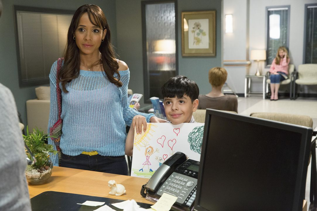 Wird es Rosie (Dania Ramirez, l.) gelingen, mit Hilfe von Miguel (Octavio Westwood, r.) ein paar Worte mit Kenneth zu wechseln? - Bildquelle: 2014 ABC Studios