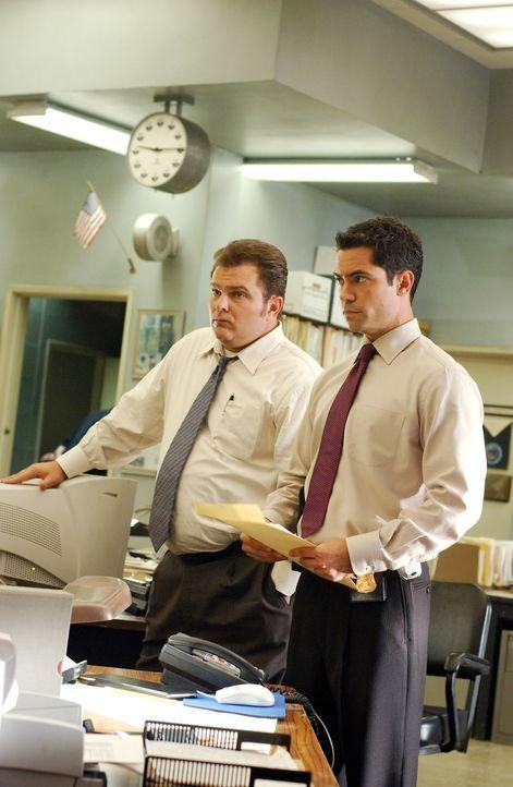 Ein dreifacher Mord bereitet Det. Scott Valens (Danny Pino, r.) und Det. Nick Vera (Jeremy Ratchford, l.) Kopfzerbrechen ... - Bildquelle: Warner Bros. Television