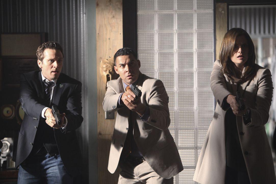 Kevin Ryan (Seamus Dever, l.), Javier Esposito (Jon Huertas, M.) und Kate Beckett (Stana Katic, r.) können nicht fassen, dass sie Castle am Tatort a... - Bildquelle: 2010 American Broadcasting Companies, Inc. All rights reserved.