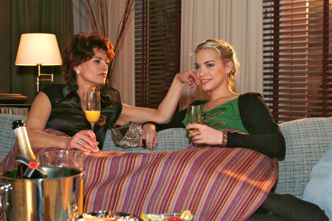 Sophie (Gabrielle Scharnitzky, l.) gelingt es, bei Kim (Lara-Isabelle Rentinck, r.) Misstrauen gegen Sabrina zu säen. - Bildquelle: Monika Schürle SAT.1 / Monika Schürle
