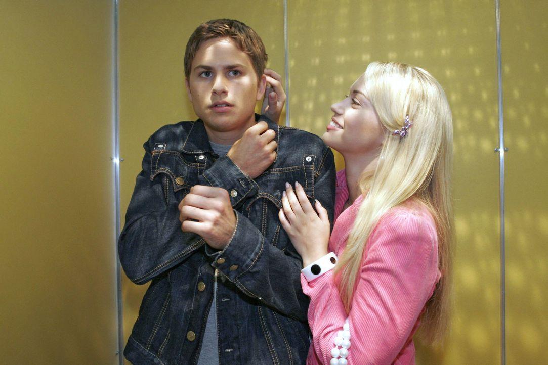 Timo (Matthias Dietrich, l.) ist eifersüchtig auf Alex und entzieht sich stur Kims (Lara-Isabelle Rentinck, r.) liebevollen Annäherungsversuchen ... - Bildquelle: Noreen Flynn SAT.1 / Noreen Flynn