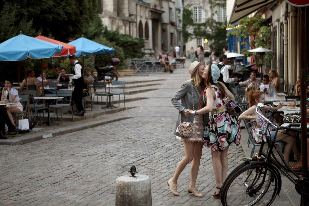 Genießen das schöne Leben in der Stadt der Liebe: Serena (Blake Lively, l.) und Blair (Leighton Meester, r.) ... - Bildquelle: Warner Brothers