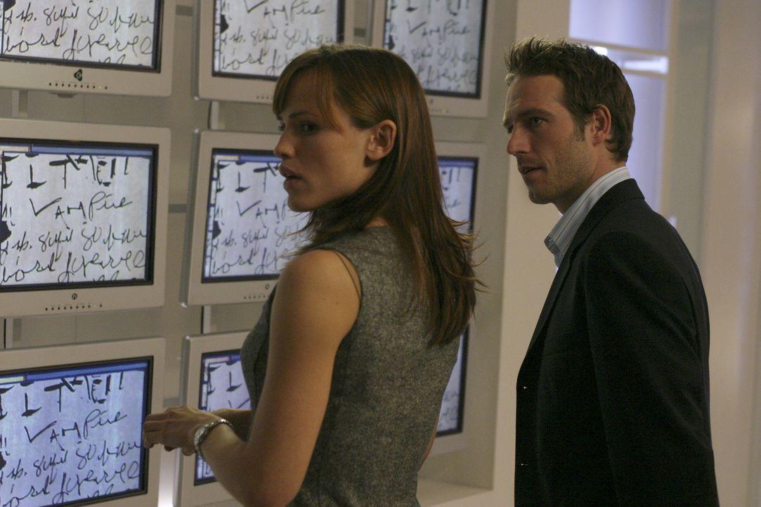 Sydney (Jennifer Garner, l.) sieht sich von ihrem Vater und Vaughn (Michael Vartan, r.) bedroht ... - Bildquelle: Touchstone Television