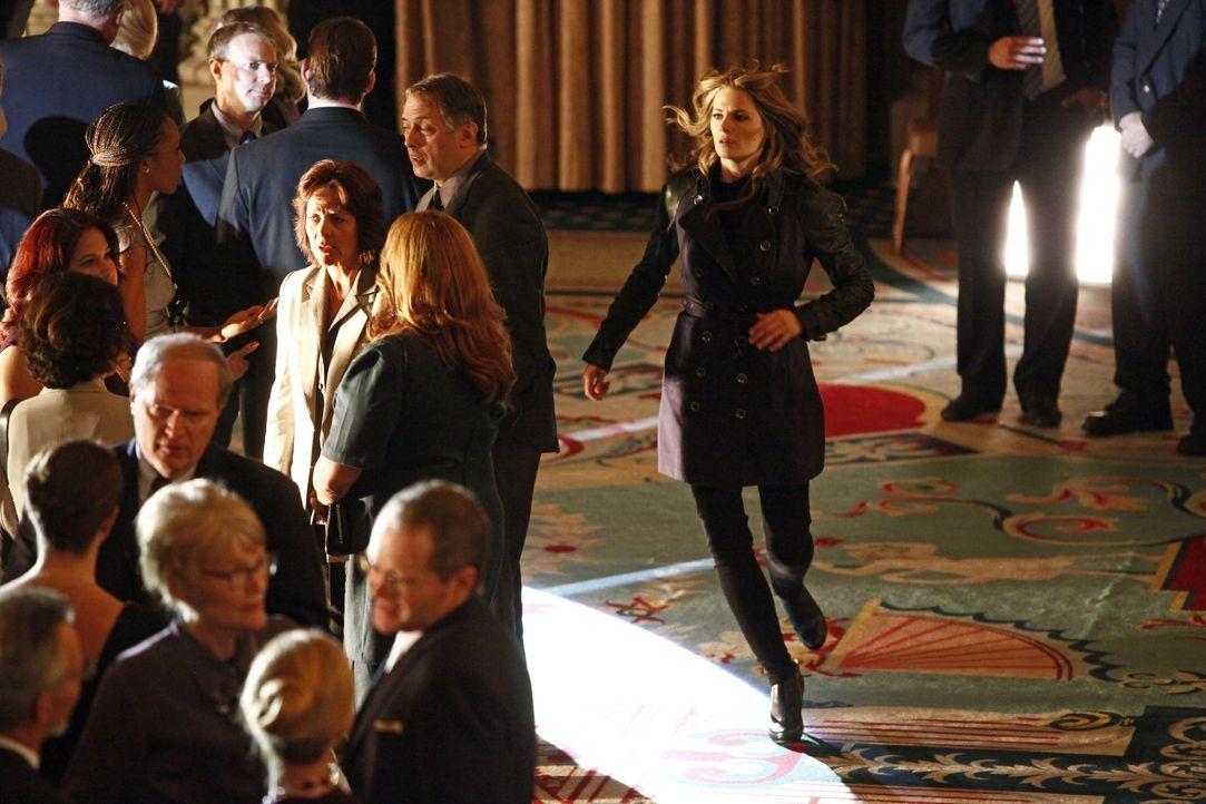 Obwohl sie eigentlich ihren Dienst quittiert hat, wird Beckett (Stana Katic, r.) in einen neuen Fall verwickelt ... - Bildquelle: 2012 American Broadcasting Companies, Inc. All rights reserved.