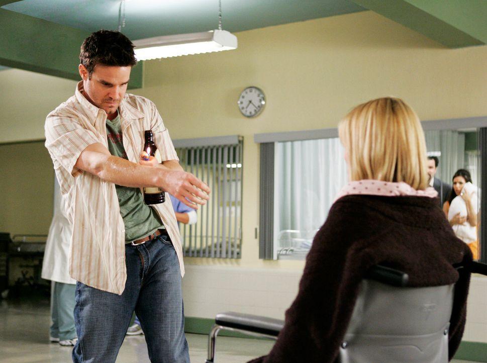 Frank (Eddie McClintock, l.) erfährt, dass er gar nicht der leibliche Vater von Libbys (Nichole Hiltz, r.) Baby ist und somit auch nichts gegen die... - Bildquelle: 2005 Touchstone Television  All Rights Reserved