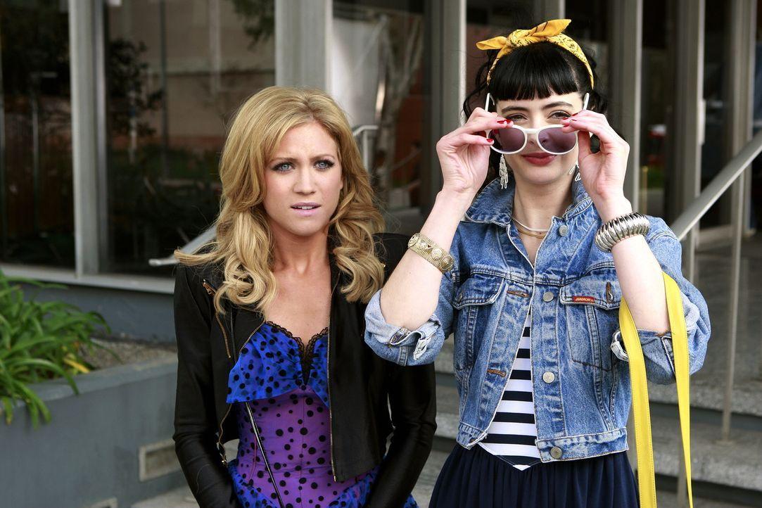 Rückblende: In Carols (Krysten Ritter, r.) Nähe wird auch aus der braven Lily (Brittany Snow, l.) eine Rockerbraut ... - Bildquelle: Warner Brothers