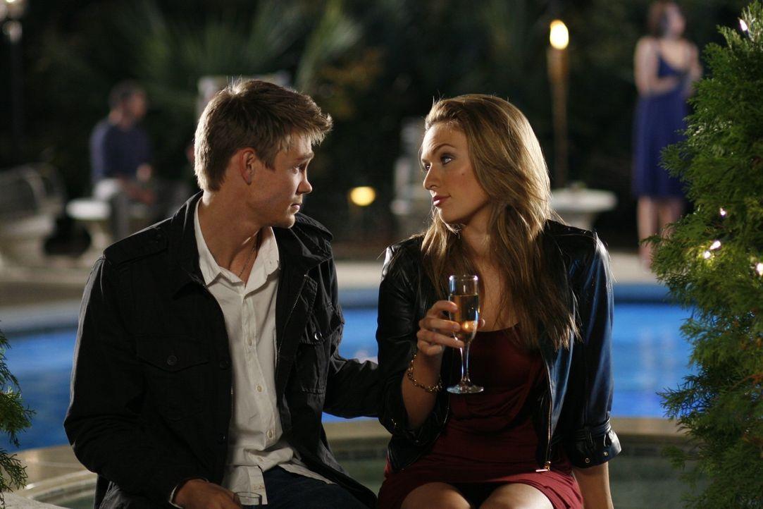 Ihre gemeinsame Junggesellenparty ist in vollem Gange: Lindsey (Michaela McManus, r.) und Lucas (Chad Michael Murray, l.) - Bildquelle: Warner Bros. Pictures