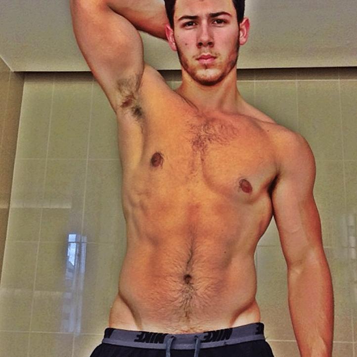 Platz 20 der heißesten Männer oben ohne: Nick Jonas - Bildquelle: Instagram(nickjonas)
