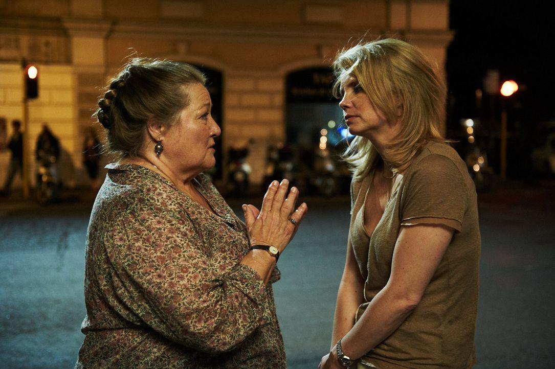 Als Oma Marguerita (Marianne Sägebrecht, l.) von ihrer Tochter Marie (Anette Frier, r.) in ein Seniorenheim geschickt werden soll, schrillen bei de... - Bildquelle: Walter Wehner Sperl Productions