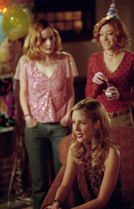 Buffy (Sarah Michelle Gellar, vorne) freut sich über die Geschenke und den Besuch von Willow (Alyson Hannigan, r.) und Anya (Emma Caulfield) anlässl... - Bildquelle: TM +   2000 Twentieth Century Fox Film Corporation. All Rights Reserved.