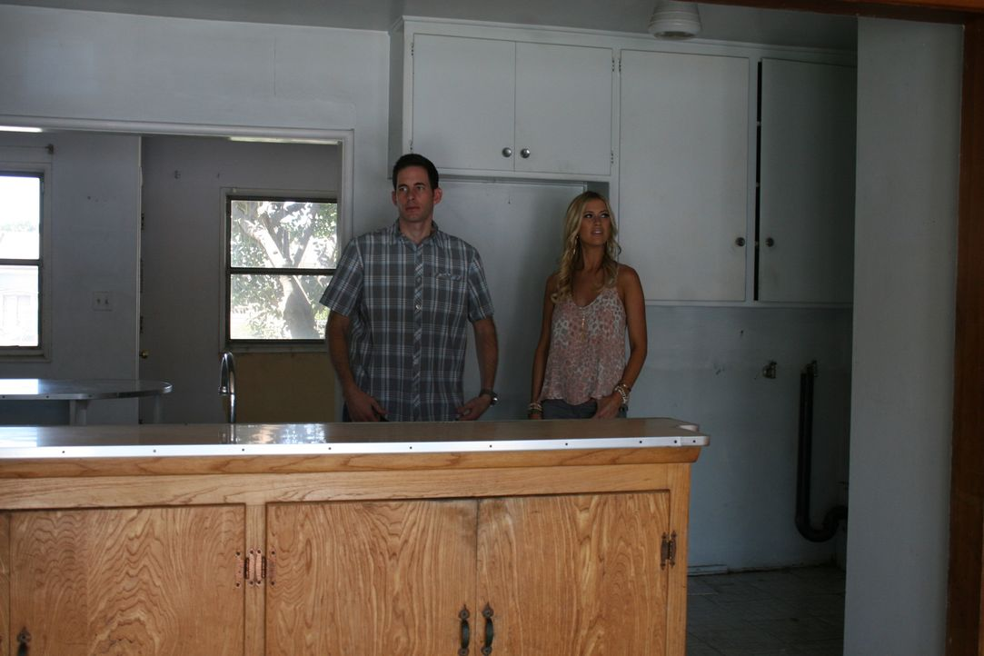 Als Tarek (l.) und Christina (r.) die renovierungsbedürftige Immobilie von innen inspizieren, fällt ihnen auf, dass die alte Küche sehr klein und un... - Bildquelle: 2015,HGTV/Scripps Networks, LLC. All Rights Reserved