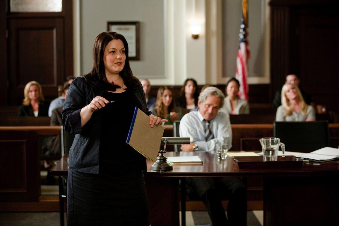 Jane (Brooke Elliott, l.) erfährt, dass sie einen offensichtlich verrückten Rasenmäher Magnaten vertreten soll. Allerdings soll Jane beweisen das... - Bildquelle: 2009 Sony Pictures Television Inc. All Rights Reserved.
