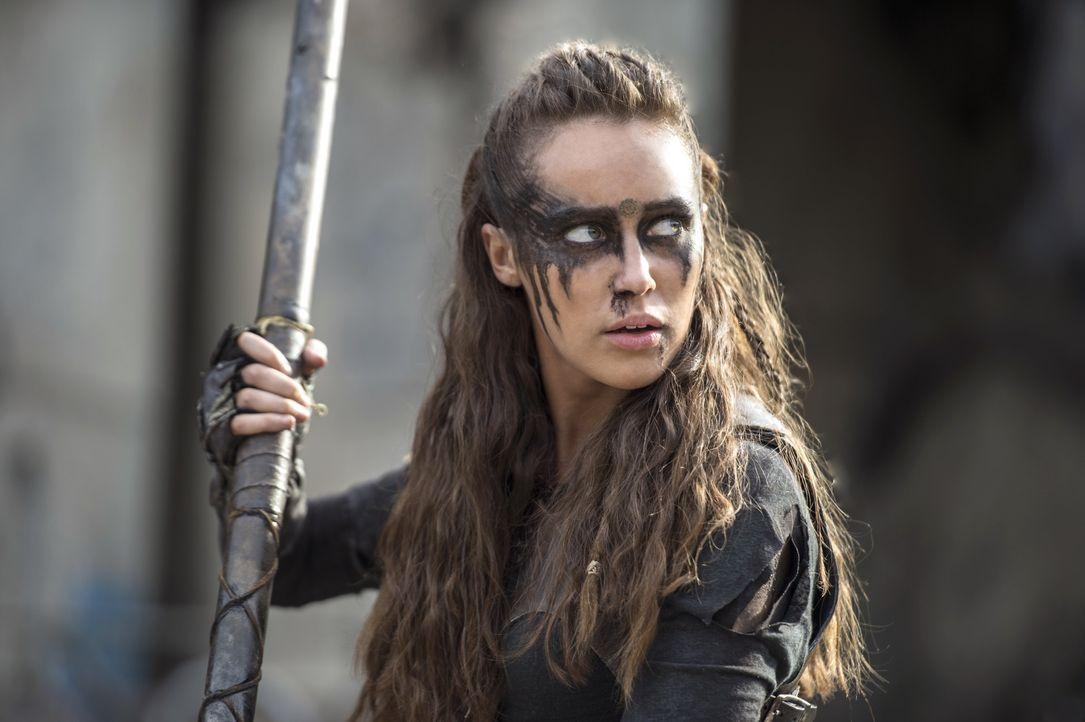 Lexa (Alycia Debnam-Carey) lässt sich auf die Herausforderung der Eiskönigin ein. Ein Kampf auf Leben und Tod ... - Bildquelle: 2014 Warner Brothers