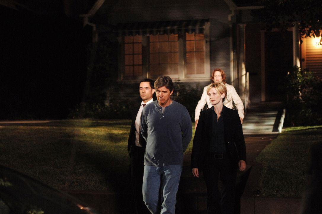 Scott (Danny Pino, l.) und Lilly (Kathryn Morris, vorne r.) haben Ian (Gareth Williams, 2.v.l.) verhaftet. Glaubt Vicky (Caryn West, hinten r.) noch... - Bildquelle: Warner Bros. Television