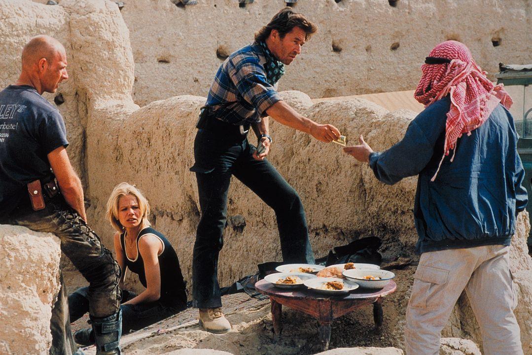 """Marc (Peter Maffay, M.) kann Hardy (Simon Licht, l.), Jennifer (Claudine Wilde, 2.v.l.) und die anderen überreden, den bewaffneten Kriegern """"Wegezo... - Bildquelle: Heiko von Tippelskirch ProSieben"""