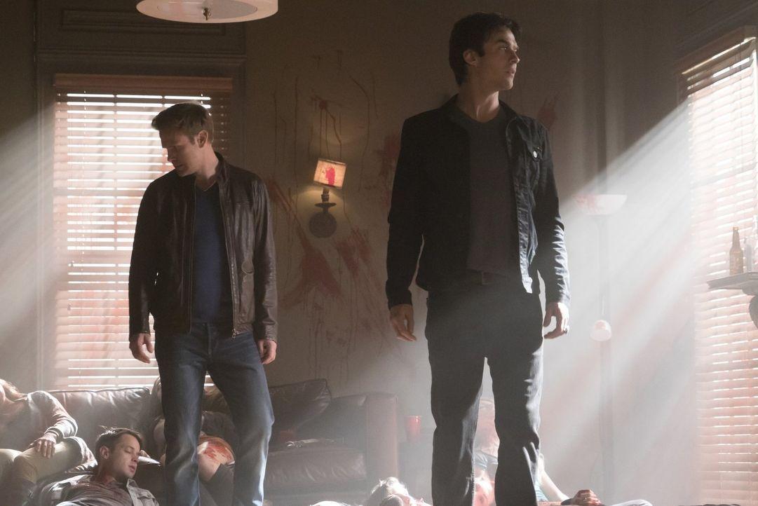 Auf der Suche nach dem Vampir in Stefans Körper reisen Alaric (Matthew Davis, l.) und Damon (Ian Somerhalder, r.) nach Memphis und bekommen ein unge... - Bildquelle: Warner Bros. Entertainment, Inc.