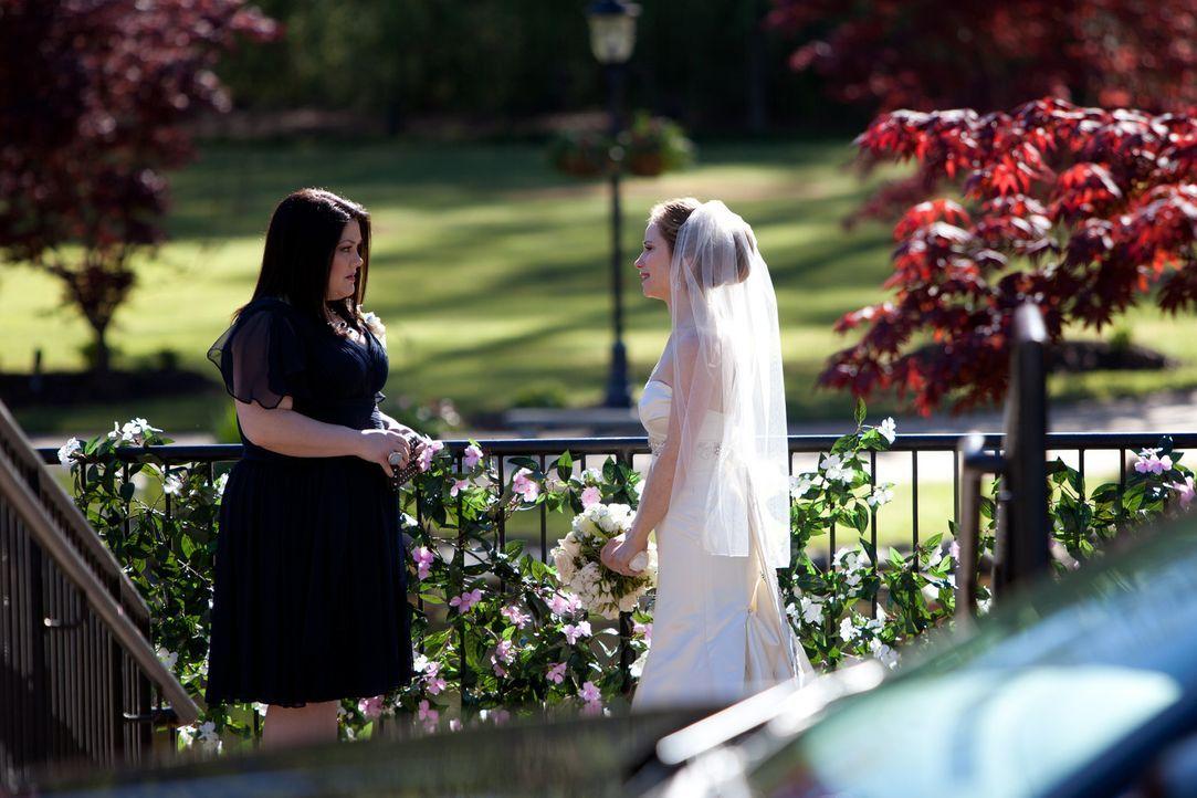 Kurz vor der Hochzeit bittet Vanessa (Jaime Ray Newman, r.) Jane (Brooke Elliott, l.) um ein ernstes Gespräch ... - Bildquelle: 2011 Sony Pictures Television Inc. All Rights Reserved.