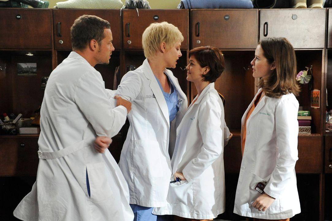 Zwischen Alex (Justin Chambers, l.), Izzie (Katherine Heigl, 2.v.l.) und den neuen Kolleginnen Dr. April Kepner (Sarah Drew, r.) und Dr. Reed Adamso... - Bildquelle: Touchstone Television