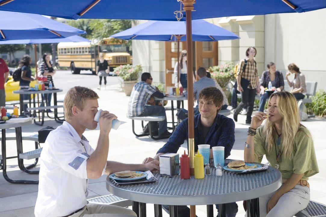 Ivy (Gillian Zinser, r.) verbringt viel Zeit mit Teddy (Trevor Donovan, l.) und Liam (Matt Lanter, M.). Deshalb sieht Liam sie leider nur als Kumpel... - Bildquelle: TM &   CBS Studios Inc. All Rights Reserved