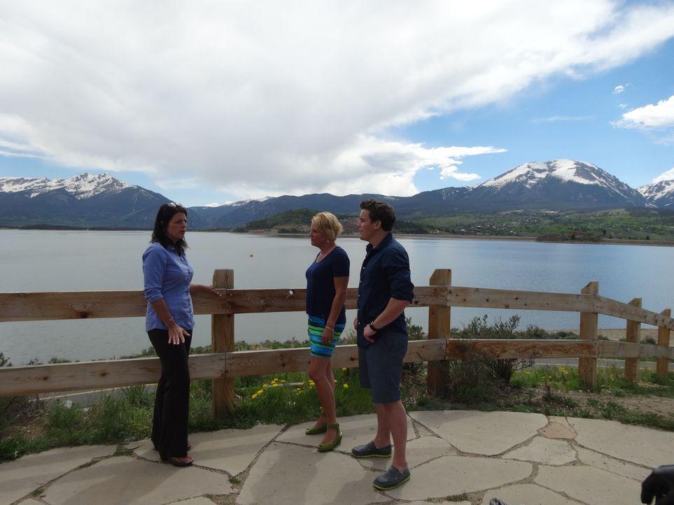 Sara Austin (l.) hilft Mutter (2.v.l.) und Sohn (r.), ihren Traum vom naturnahen Haus am See zu erfüllen. Doch wird es ihr gelingen? - Bildquelle: 2014, HGTV/Scripps Networks, LLC. All Rights Reserved.