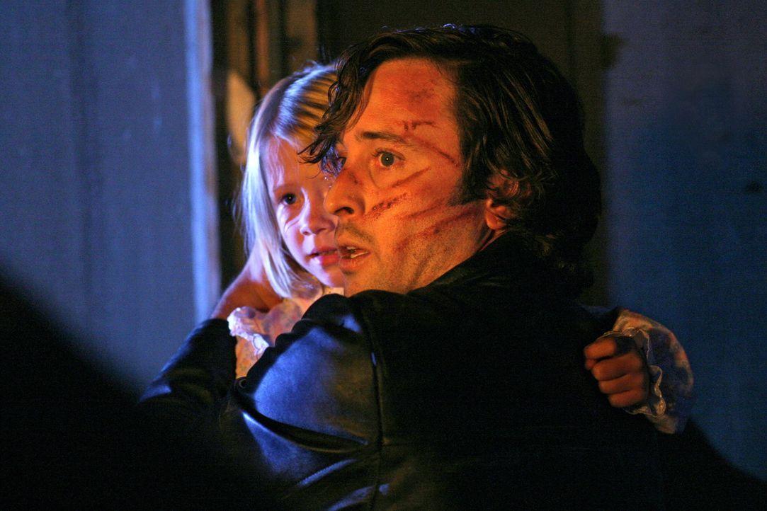 In letzter Minute gelingt es Mick (Alex O'Loughlin, vorne), Beth (Amayla und Bryn Early, hinten) vor ihrer Entführerin zu retten. Jahre später kann... - Bildquelle: Warner Brothers