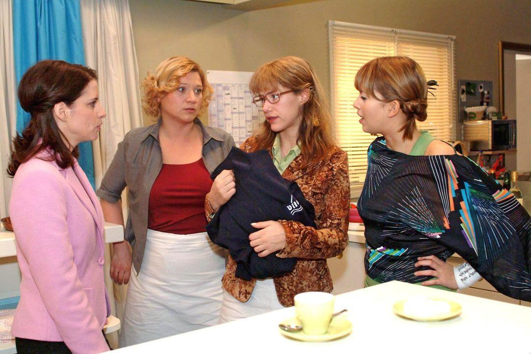 Lisa (Alexandra Neldel, 2.v.r.) gibt sich Inka (Stefanie Höner, l.), Agnes (Susanne Szell, 2.v.l.) und Hannah (Laura Osswald, r.) als Lebensretterin... - Bildquelle: Noreen Flynn SAT.1 / Noreen Flynn