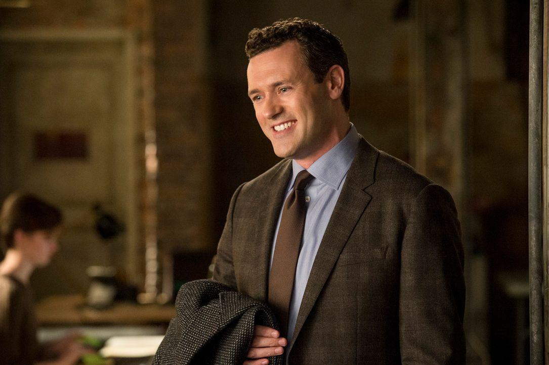 Verbirgt Damian (Jason O'Mara) etwas vor seinen neuen Arbeitgebern? - Bildquelle: David Giesbrecht 2013 CBS Broadcasting Inc. All Rights Reserved.